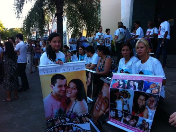 Familiares e amigos das vítimas da Kiss participam de missa em Santa Maria (Foto: Luiza Carneiro/G1)