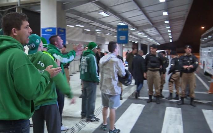 Torcedores foram até o embarque dos jogadores no ônibus (Foto: Reprodução/RPC)