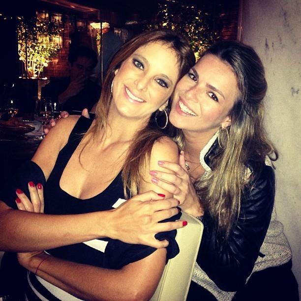 Ticiane recebe o abraço de Viviane Sarahyba (Foto: Reprodução/Instagram)