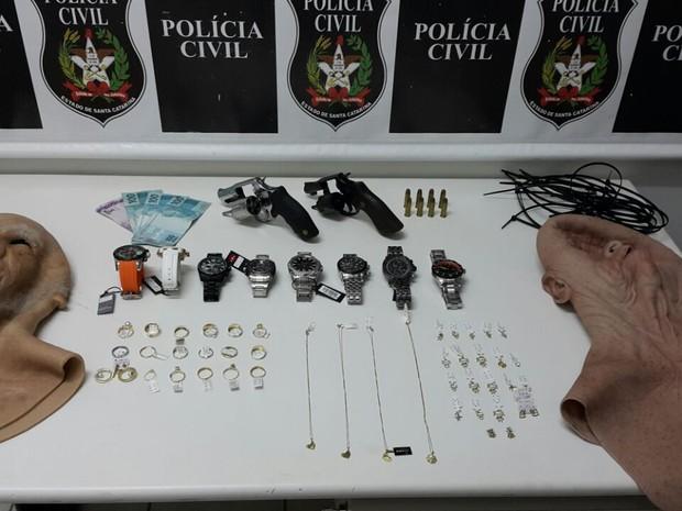Objetos roubados foram recuperados (Foto: Polícia Civil/Divulgação)