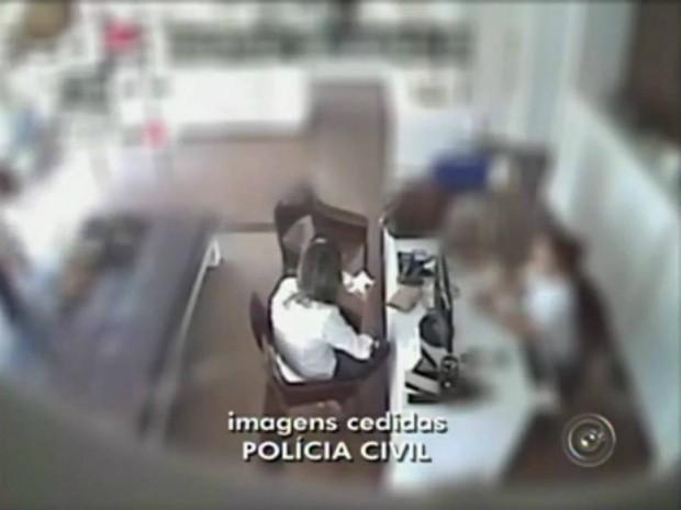 Câmeras de segurança registram a ação das suspeitas (Foto: Reprodução / TV TEM)