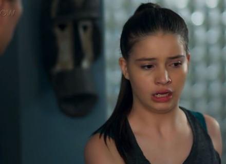 Manuela começa a desconfiar de Caio