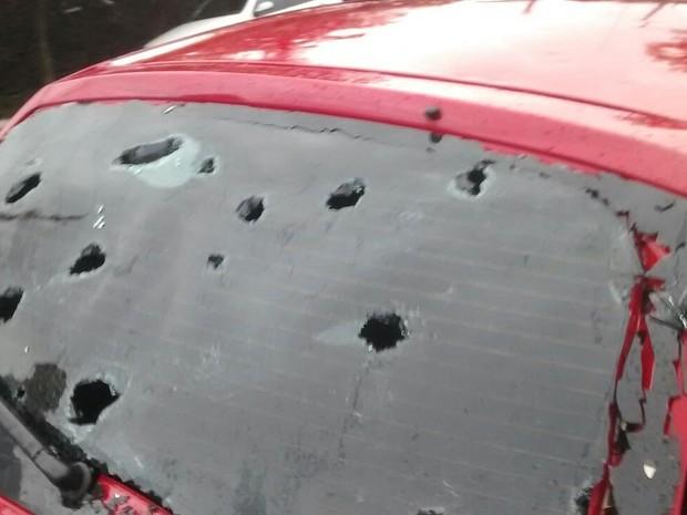 Carro com vidro traseiro quebrado devido ao granizo em Santiago (Foto: Arami Fumaco/RBS TV)
