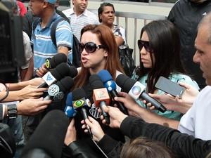 Eliana e Daniela, irmãs de Champignon, falam com jornalistas na chegada ao Cemitério Memorial Necrópole Ecumênica, em Santos, onde ocorre o velório (Foto: AGNews)