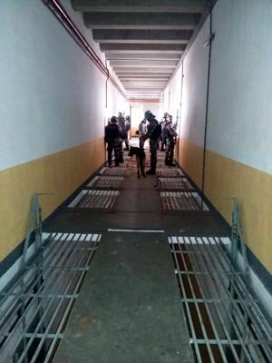 Policiais militares entraram no presídio para conter a rebelião (Foto: Osvaldo Júnior Rossato/G1)
