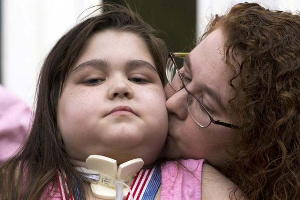 Sarah é beijada pela mãe Janet em conferência para a imprensa após alta hospitalar. (Foto: AP Photo/Matt Rourke)