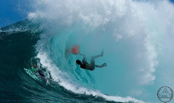 Bodyboarder é cuspido da onda