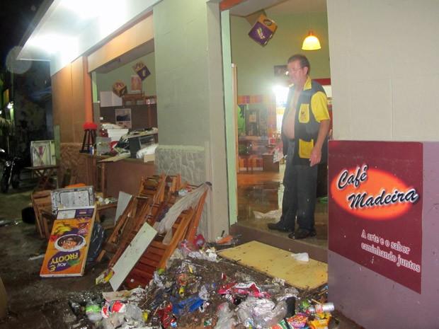 Nem a comporta instalada na frente do bar conseguiu impedir que a enxurrada invadisse o bar de Almir Rodrigues de Novaes, há 30 anos no local (Foto: Marcelo Mora/G1)