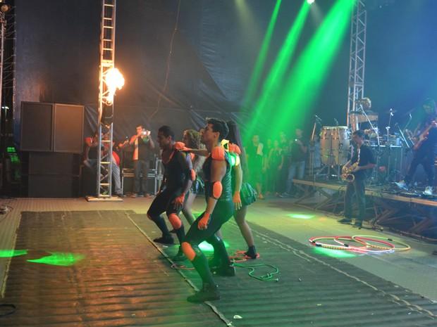 Dançarinos da banca Calcinha Preta abrem o show com coreografia elaborada e saltos (Foto: Marina Fontenele/G1)