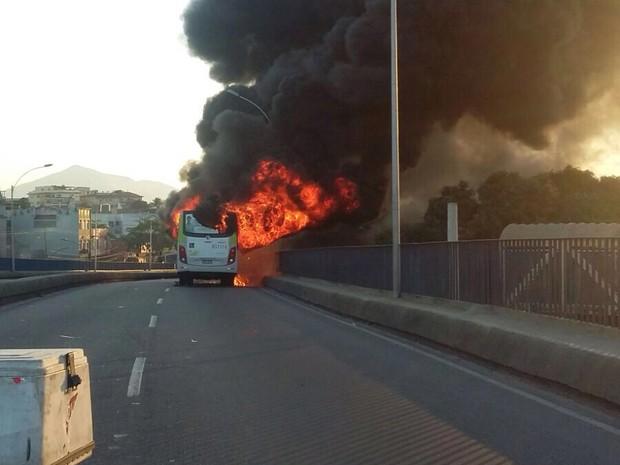 Fumaça de ônibus que pegou fogo em Del Castilho (Foto: Phillip Souza/ Arquivo pessoal)