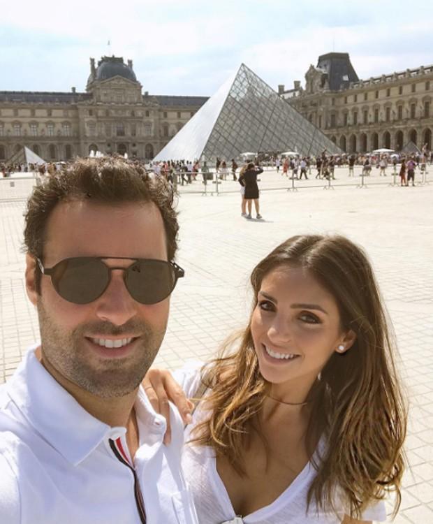 Casal posa em frente ao Museu do Louvre, em Paris, na França (Foto: Reprodução/Instagram)