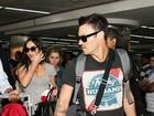 Com filho e marido, Megan Fox desembarca em São Paulo