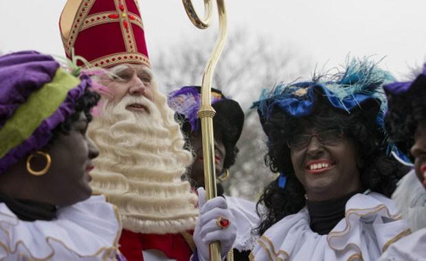 Zwarte Piet é um tradicional personagem do folclore holandês nas festividades de fim de ano (Foto: AP)