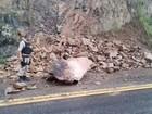 Desmoronamento de pedras causa engarrafamento de 2 km na BR-101