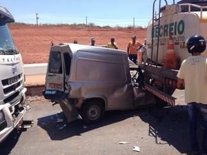 Carro ficou entre um caminhão e uma carreta (Foto: Polícia Militar/Divulgação)