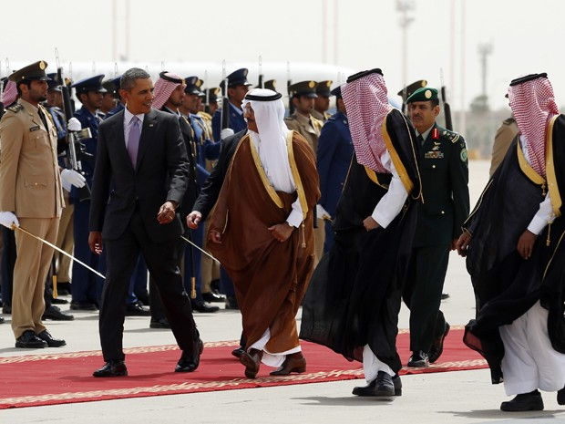 Presidente Barack Obama é escoltado enquanto embarca da Arábia Saudita para Washington (Foto: Reuters)