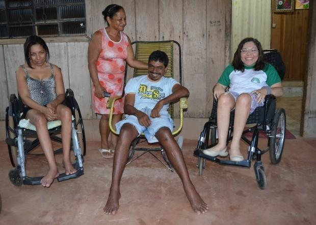 Família reunida em frente de casa (Foto: Magda Oliveira/G1)