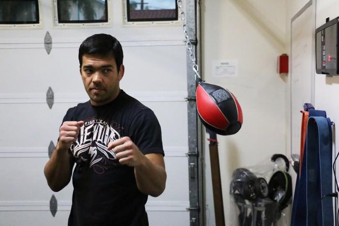 Lyoto Machida treina na academia de sua casa (Foto: Evelyn Rodrigues)