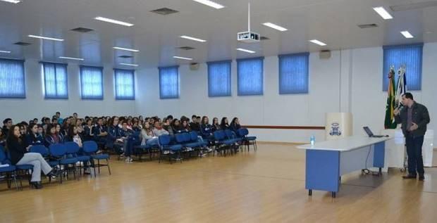Alunos conversam com repórter no Colégio Marista São Francisco (Foto: Divulgação)