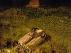 Condutor fica preso nas ferragens após carro capotar na Zona Leste