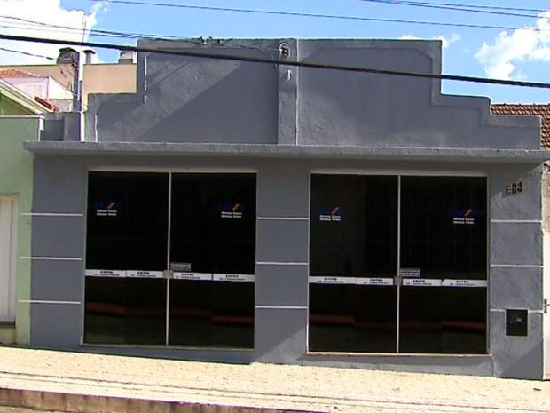 Imobiliária Dinâmica está fechada e corretores não foram encontrados em São Carlos (Foto: Reginaldo dos Santos/EPTV)