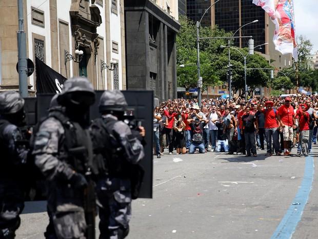 Grupo de manifestantes durante protesto contra o pacote de austeridades do Governo do Rio de Janeiro em frente à Assembleia Legislativa do Rio (Alerj) (Foto: Ricardo Moraes/Reuters)