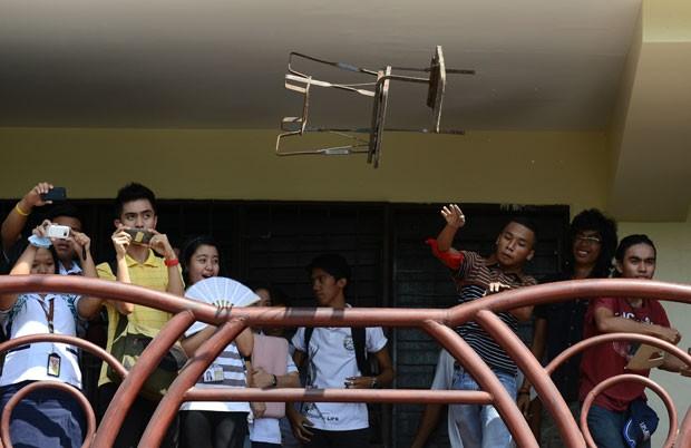 Alunos da Universidade das Filipinas atiraram equipamentos de sacadas da instituição (Foto: Noel Celis/AFP)