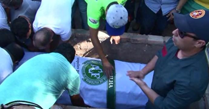 Cortejo com o corpo de Danilo passou pelo campinho onde ele começou a jogar bola (Foto: Reprodução/RPC)