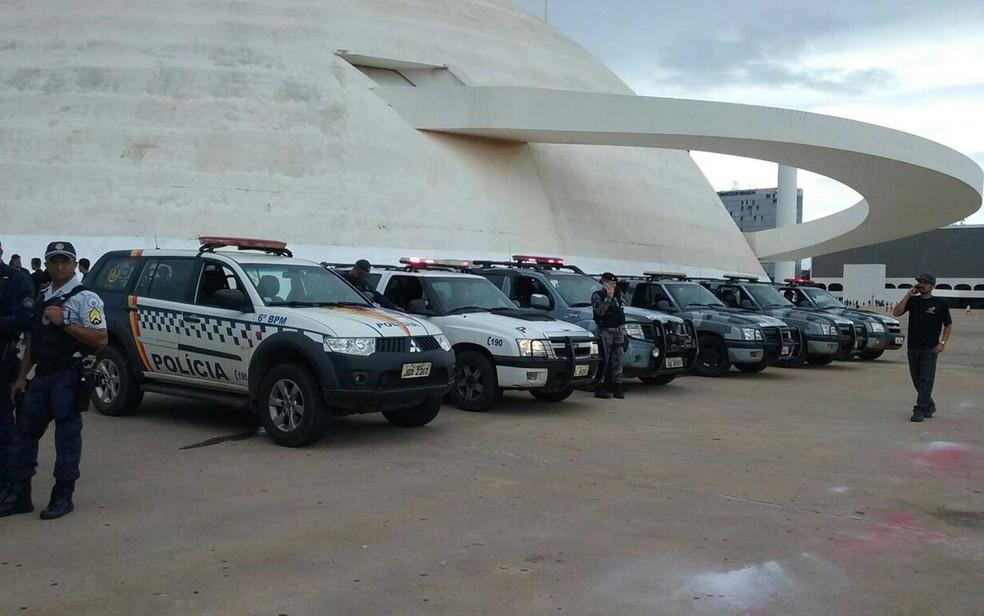 Museu Nacional Honestino Guimarães sob 'escolta' da Polícia Militar durante ato contra a PEC do teto de gastos (Foto: Luiza Garonce/G1)