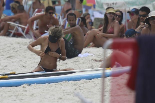 Grazi Massafera na praia (Foto: Dilson Silva/ Ag. News)