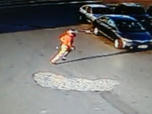 Suspeitos foram flagrados pelas câmeras de segurança durante assalto em supermercado em Taubaté (Foto: Divulgação /Polícia Civil)