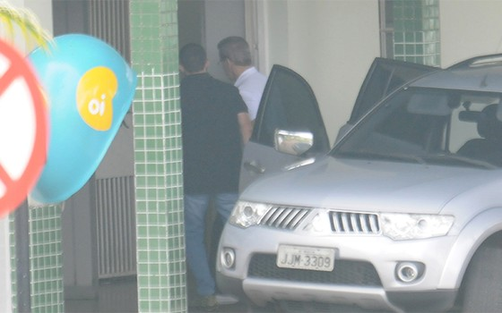 O empresário Luiz Estevão chega preso no IML (Foto: Alves/CB/D.A Press)