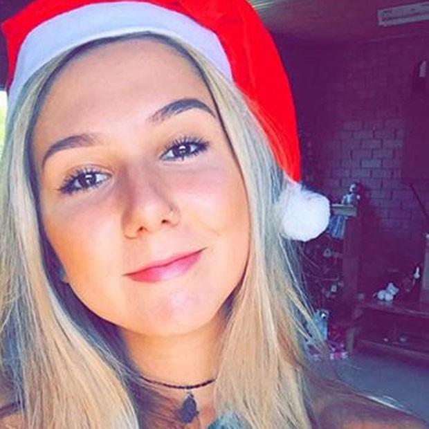 Na África, Carolina Portaluppi com gorro de Papai Noel (Foto: Instagram/ Reprodução)