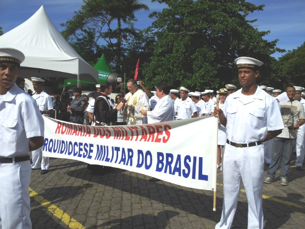 Militares da Marinha, em sua maioria, completaram a romaria até o campinho do Convento, em Vila Velha (Foto: Juliana Borges/ G1 ES)