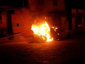 Carro é encontrado em chamas em Oliveira (Foto: Polícia Militar/Divulgação)