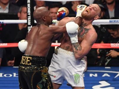 Floyd Mayweather acerta golpe doloroso em Conor McGregor em Las Vegas  (Foto: Getty Images)