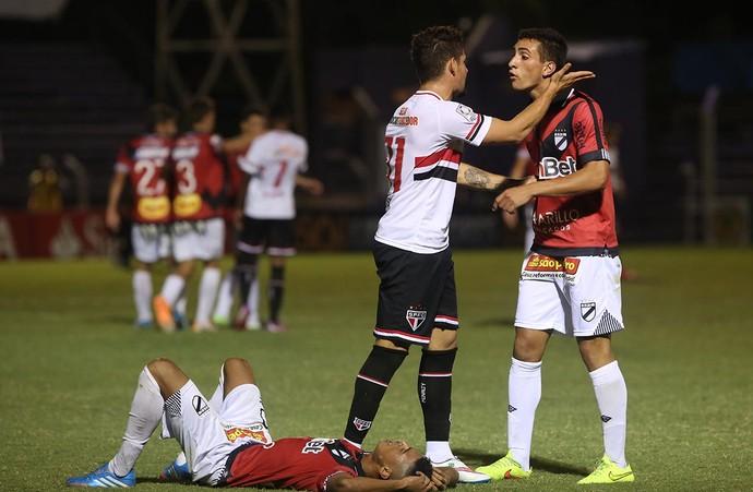 Após dar dura em Graví no chão, Pato discute com jogador do Danubio (Foto: Rubens Chiri/saopaulofc.net)