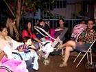 Pais acampam em frente a creche, mas não conseguem matricular filhos