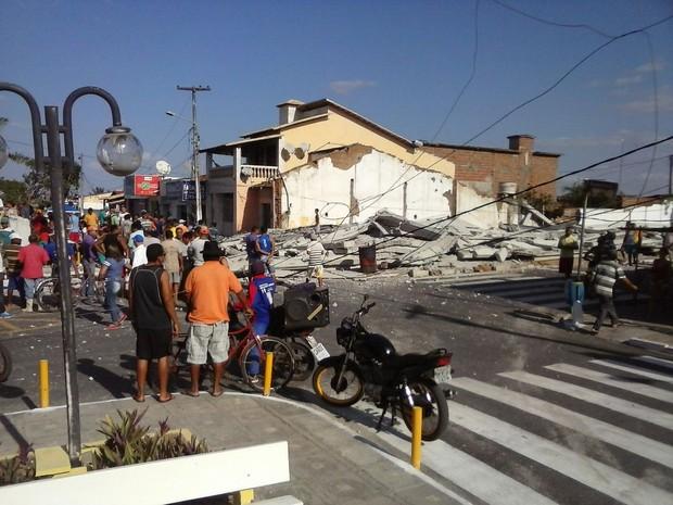 Prédio em construção desmoronou na tarde desta quinta-feira (1º) (Foto: Divulgação/ PM)
