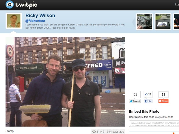 O cantor da banda Kaiser Chiefs, Ricky Wilson, foi de vassoura na mão às ruas de Londres para limpar a cidade após as revoltas em 2011 e divulgou a foto em seu Twitter (Foto: Reprodução / Site Twitpic.com)