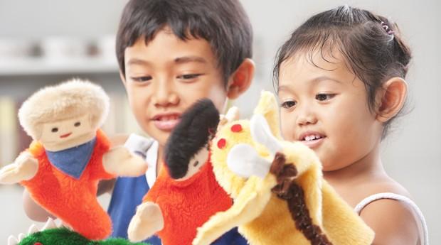 menino; menina; brincadeira; bonecos (Foto: Thinkstock)