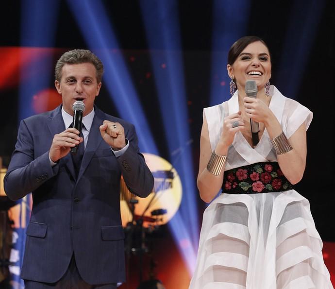 Mônica Iozzi também subiu no palco do Caldeirão de Ouro com Luciano Huck (Foto: Raphael Dias / Gshow)