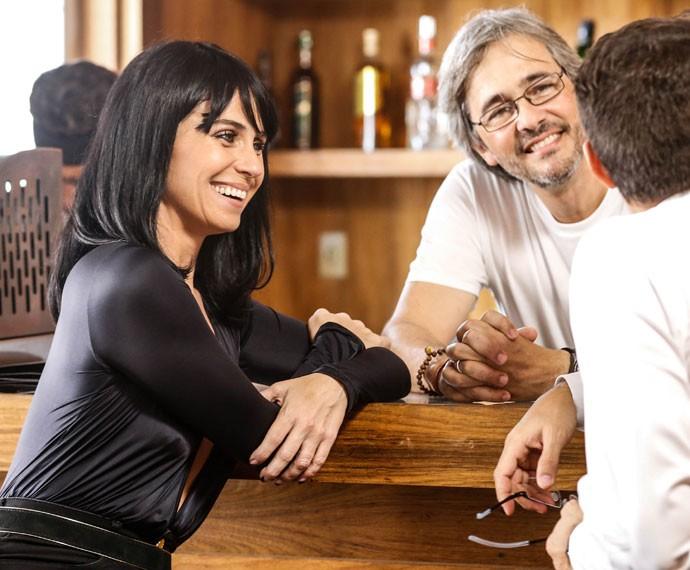 Giovanna Antonelli se diverte por trás das câmera com o colega Ricardo Pereiro e o diretor Paulo Silvestrini (Foto: Ellen Soares / Gshow)