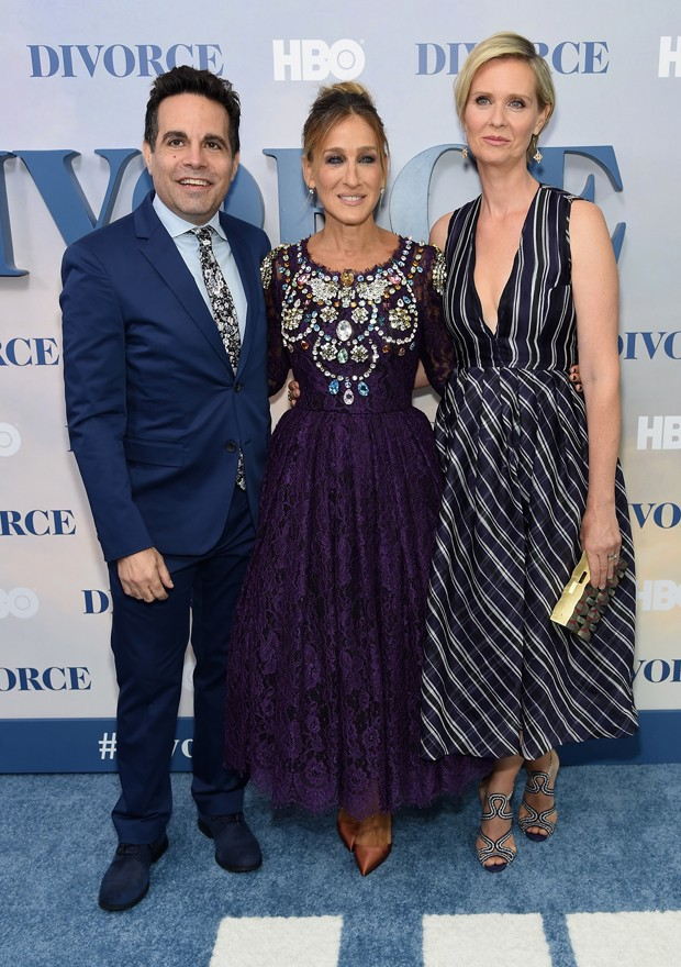 "NEW YORK, NY - OCTOBER 04:  (l-R) Mario Cantone, Sarah Jessica Parker and Cynthia Nixon attend the ""Divorce"" New York Premiere at SVA Theater on October 4, 2016 in New York City.  (Photo by Jamie McCarthy/Getty Images) (Foto: Getty Images)"