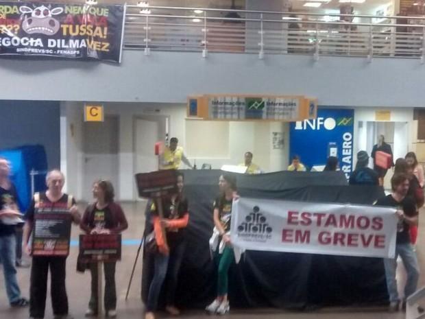 Grevistas do INSS estiveram na manhã desta terça (4) no Aeroporto Hercilio Luz (Foto: Sindiprev/Divulgação)