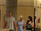 Flávia Alessandra passeia com Otaviano Costa e a filha em shopping