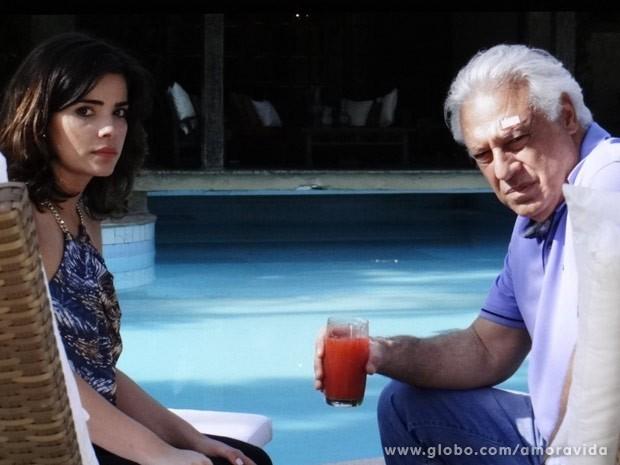 César fica muito desconfiado da explicação de Aline (Foto: Amor à Vida/ TV Globo)