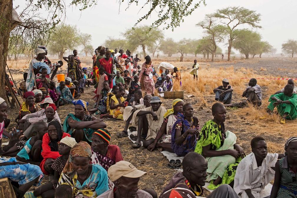 Homens, mulheres e crianças aguardam atendimento em clínica improvisada em Thaker, Leer County, no Sudão do Sul, em 20 de março  (Foto: Siegfried Modola/ Divulgação Médicos Sem Fronteiras)