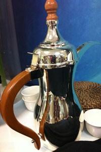 Café árabe servido em bule tradicional (Foto: Flávia Mantovani/G1)