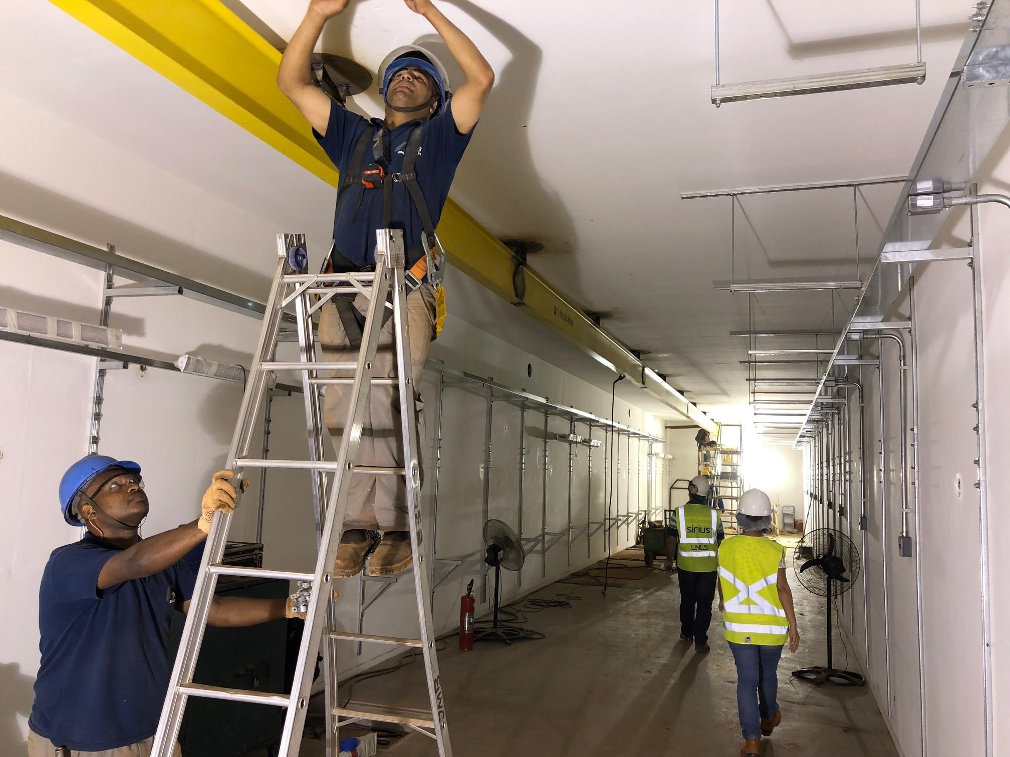 Trabalhadores realizam instalação no prédio do Sirius (Foto: Thiago Tanji)